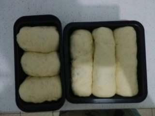 蔓越莓土司面包,二发好了以后,鸡蛋黄加少量水搅拌均匀后,用硅胶刷刷在土司面包表面。放入烤箱中,上下火160度烤30分钟就差不多了(注意:因为我的土司模具没有盖,所以烤20分钟后要打开烤箱,换换位置,上面盖一层吸油纸,要不上表面就火大了)