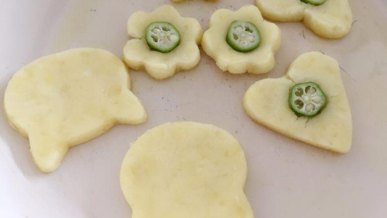秋葵土豆饼,在土豆饼中间用手轻轻搓个痕迹,然后放入一小段秋葵即可。