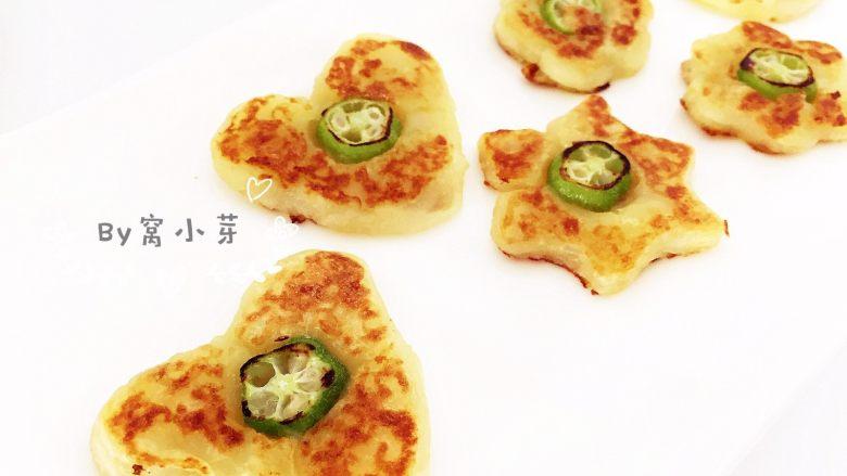 秋葵土豆饼,翻面后小火煎,之后反复翻面,直到两面金黄。