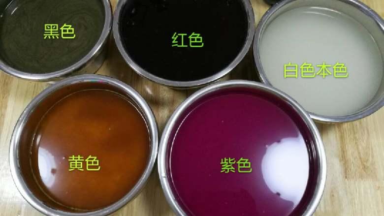 五彩饭,每色各一斤米或随意,煮好的色(乌米汁直接倒入不用煮,会有一些渣没关系,洗时能完全洗净)必须完全冷却后或一点温热才能每样色放入所需量<a style='color:red;display:inline-block;' href='/shicai/ 498'>糯米</a>和汁水中,太烫影响米质量和口感,入米后搅拌一下就浸包8一10小时左右,可头晚泡次日蒸或早上泡晚上蒸,浸泡时间长米软糯时间段太硬