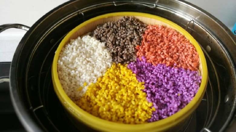 五彩饭,蒸锅水烧开,可以用小竹屉蒸