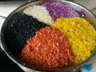 五彩饭,熟了的颜色会更加漂亮