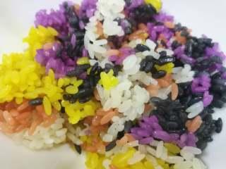 五彩饭,熟了后可以取适量各色混合一起,或喜欢什么色就吃什么色,吃原味或配炒菜吃或泡鸡汤或炒吃等随自己喜好