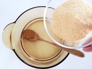 """米粉""""布丁""""—可以抓在手上吃的米糊7M ,再在剩余的温水中,加入宝宝即食米粉,边加边搅拌均匀"""
