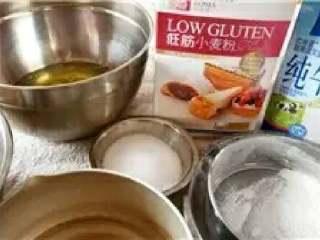 肉松卷,材料准备好后,低筋粉和淀粉过筛