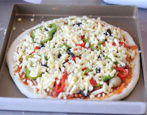 打造paty上超实惠的大披萨——金枪鱼披萨 ,在撒上一层马苏里拉奶酪,放入烤箱200度烤20分钟左右即可。