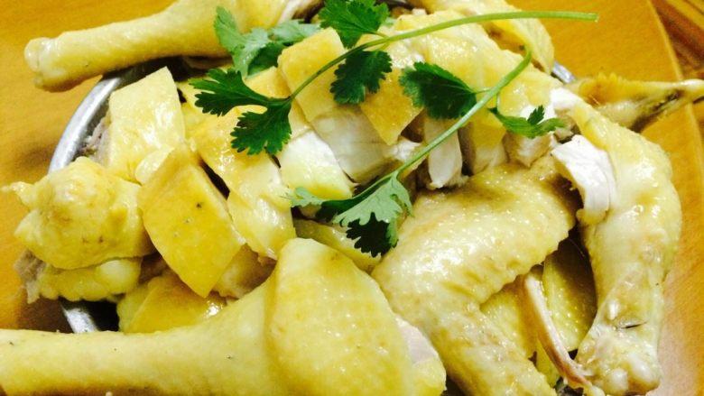白切土鸡 ,煮上沙姜蒜蓉酱油汁,加几滴香油,沾着吃,很美味哦