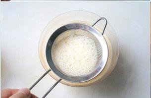 上班族下午茶必备—鸡蛋布丁,加入牛奶后的拌匀奶液进行过筛,筛2-3次即可。