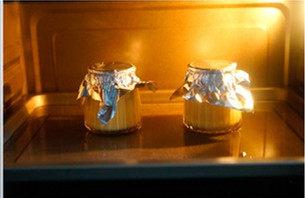 上班族下午茶必备—鸡蛋布丁,烤箱预热170度 10分钟。将调制好的奶液均匀倒入布丁瓶或可以进烤箱的容器中