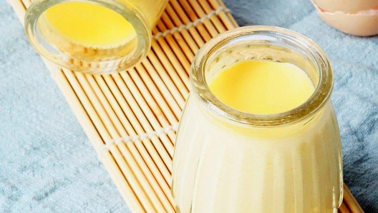 上班族下午茶必备—鸡蛋布丁,封口铺上锡纸可以防止烤好的布丁长气泡,放置在加有适量热水的烤盘中。完成后的布丁可以趁热吃,冷藏后食用也是不错的哦!