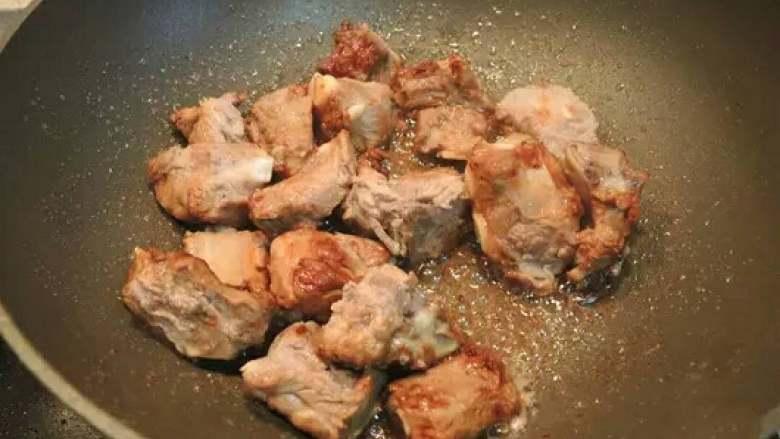 红烧排骨,在所有冰糖完全起泡时一瞬间将排骨下入锅中,翻炒均匀,可以更好的上色并锁住排骨的水分,吃起来口感细腻、鲜嫩可口,不像干柴一样。加入葱姜、辣椒、花椒继续翻炒。