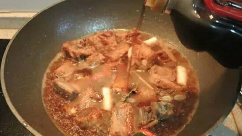 红烧排骨,.  加入开水,没过排骨即可(冷水易造成肉质紧缩不易入味),再加入生抽、老抽。烧开后转小火炖20~30分钟。