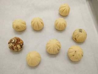 南瓜糯米糍,用牙签轻轻的印上南瓜的纹理