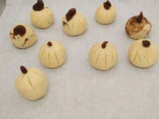 南瓜糯米糍,用剩下的豆沙装饰成南瓜蒂,上锅蒸熟