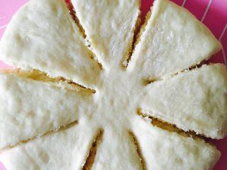 椰蓉面包,用剪刀剪八片