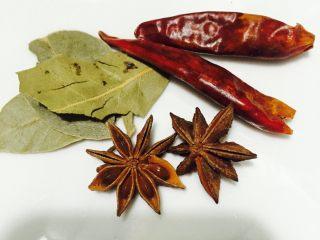 水煮五香花生#凉菜#,干辣椒2个、八角2个、香叶3片