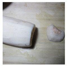 红糖桂花糯米藕,把藕的前端切下小一小块。
