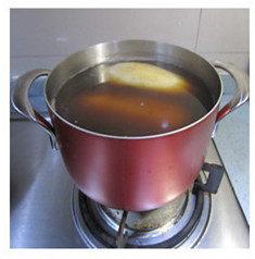 红糖桂花糯米藕,盖上盖子,用小火慢炖3个小时。