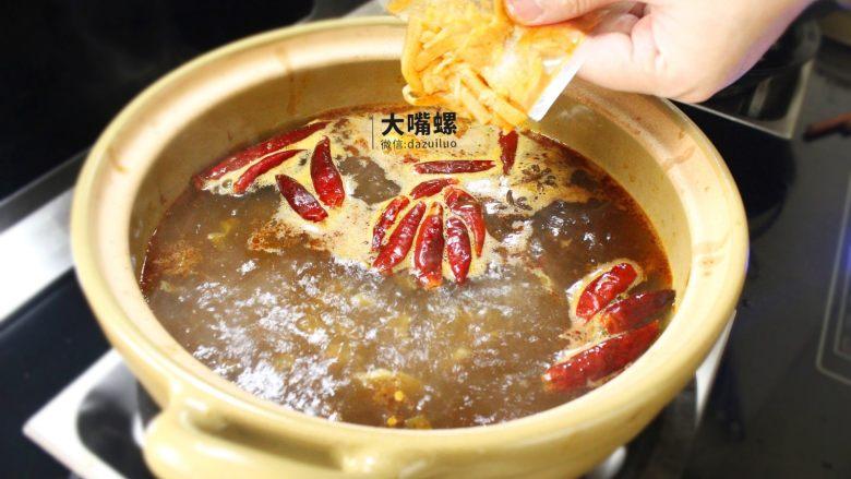 暴爽花甲鸭脚煲丨大嘴螺,香味飘散之后,依次放入酸笋、酸豆角、木耳