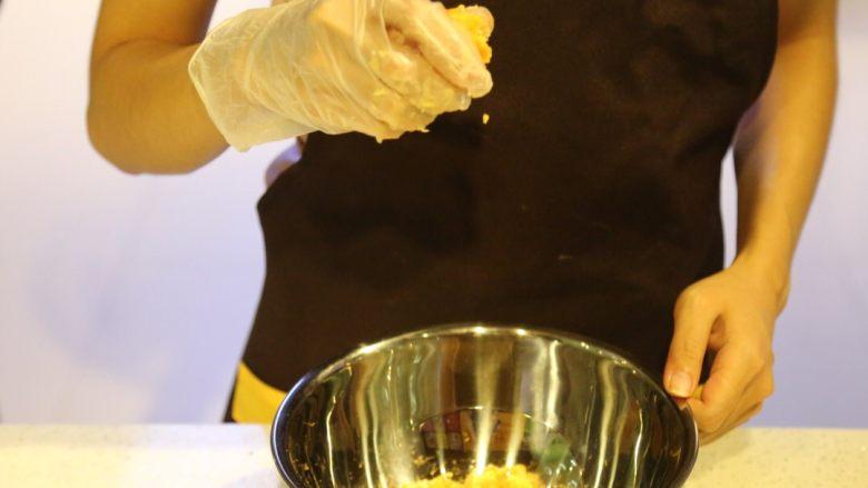 不一样的黄金月饼酥,咸蛋黄用白酒泡一下,烤箱180度烤5分钟。冷却后捏碎到撕碎了的肉松里面