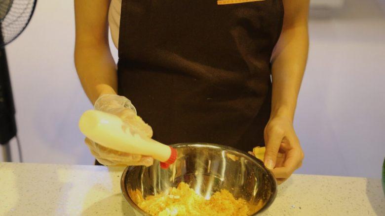 不一样的黄金月饼酥,肉松蛋黄加入少许沙拉酱,利于粘成团
