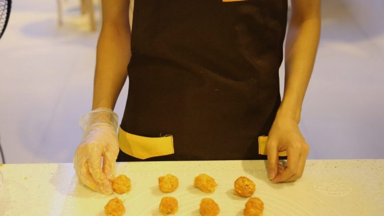不一样的黄金月饼酥,将拌好的肉松蛋黄分成8个13克的黄金肉松团
