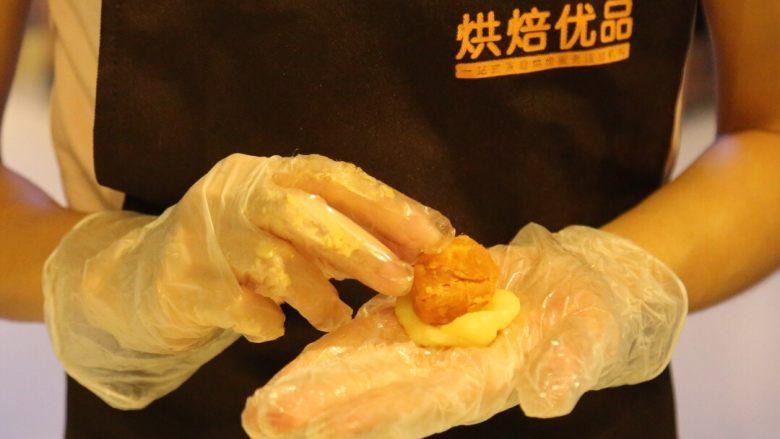 不一样的黄金月饼酥,冷却的麻薯分成8个约17克的麻薯团,捏扁包着黄金肉松团,备用。