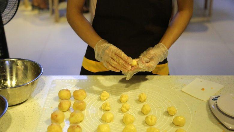 不一样的黄金月饼酥,油皮分成8个19克左右的面团,油酥分成8个11克的面团