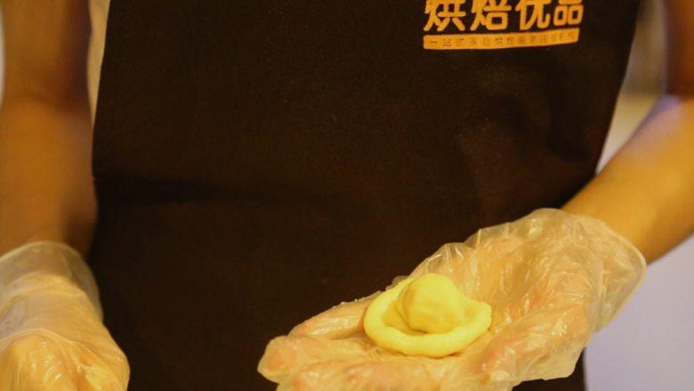 不一样的黄金月饼酥,油皮包着油酥搓圆,保鲜膜包着,松弛15分钟