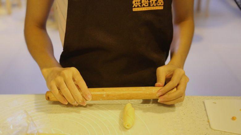 不一样的黄金月饼酥,继续把小面卷,收口向上,用擀面杖擀平
