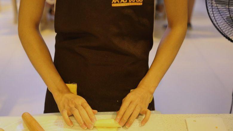 不一样的黄金月饼酥,再从上往下卷成面卷,保鲜膜盖着,松弛15分钟。