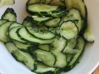 日式土豆沙拉 ,黄瓜加一勺盐,逼出水分。
