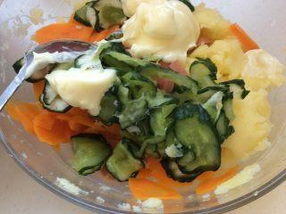 日式土豆沙拉 ,黄瓜用挤压出水,土豆泥中加入黄瓜,胡萝卜,火腿丁,沙拉酱。