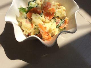 日式土豆沙拉 ,拌匀,装盘即可。