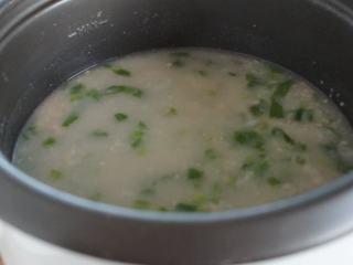 电饭锅芥菜肉粥,往肉末里加水,搅拌成肉末水,然后倒入粥里,搅拌均匀。我们不喜欢大颗粒的肉末在粥里,这个办法可以让肉末在粥里散开。按照个人口味,加入油,盐和胡椒粉调味。