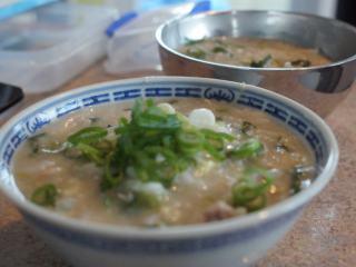 电饭锅芥菜肉粥,最后,撒上葱花,暖暖的一碗粥很适合初秋新西兰的早晨。给Nelson一碗,吃完他还添了一碗,KK都被他的胃口吓到了。