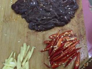 爆炒猪肝,把辣椒,蒜,姜等配料切好备用