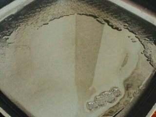 爆炒猪肝,锅里倒入适量油,烧热。可将手放于锅子上方,感受温度。