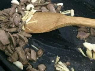 爆炒猪肝,将切好的猪肝放入油锅中,迅速翻炒。并加入姜蒜和少许盐。