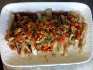 下饭菜,下锅把剁椒炒香,加点水,下调味,浇上茄条上