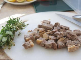 寒天一锅暖,新版罗宋汤,把牛肉洗净,切块,香草用棉绳绑起来。