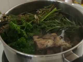 寒天一锅暖,新版罗宋汤,锅中加6-8碗水,放入牛肉和香草,挤入柠檬汁,烧开。用勺子把泡沫勺出去掉,加入少许盐和黑胡椒,盖上盖子转小火煮1.5-2个小时至牛排软熟。,这个牛肉汤可是罗宋汤的汤头,一定要做好哦。