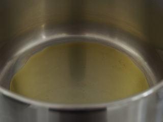 寒天一锅暖,新版罗宋汤,取一个汤锅,中火加热。加入1大勺橄榄油。