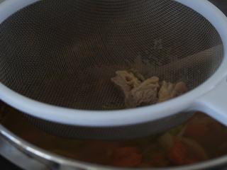 寒天一锅暖,新版罗宋汤,将牛肉汤过滤,加入锅中,搅拌均匀。
