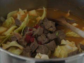 寒天一锅暖,新版罗宋汤,加入土豆,卷心菜和辣椒,烧开,盖上锅盖转小火将土豆和胡萝卜煮熟。(大约25分钟)