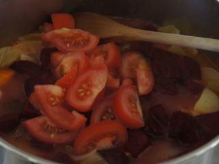 寒天一锅暖,新版罗宋汤,加入红菜头和新鲜番茄,煮25分钟。最后跟据个人口味,调入盐和黑胡椒。