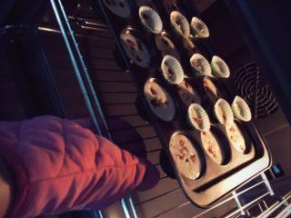 香蕉蛋糕(儿童下午茶),烤箱先预热 190 度 3分钟 后 把烤盘放进去 !180 度烤15 分钟左右