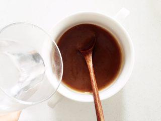 莲藕枣泥—让宝宝先舒舒服服喝碗莲藕枣泥吧,加入温开水稀释成稀泥状,一边加开水一边搅拌均匀