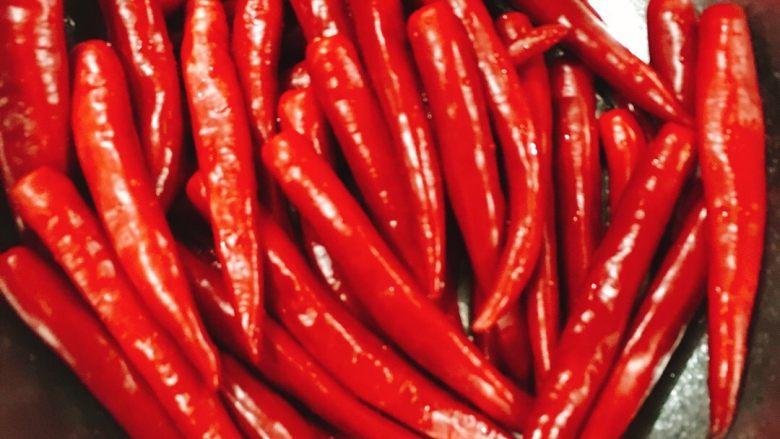 蒜蓉辣椒酱,<a style='color:red;display:inline-block;' href='/shicai/ 86660'>红杭椒</a>去蒂洗净用料理机打碎