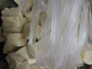 东北杀猪菜之一,冻豆腐提前用水化开,或者用水煮开,和宽粉备用,我这个宽粉比较爱熟没泡水,粉条的话要提前泡水!